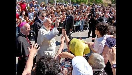 Miles de fieles esperan al papa con banderas del Vaticano en Síbari