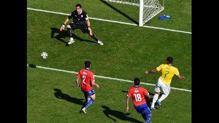 Árbitro Howard Webb anuló gol a Hulk ante Chile por una mano dudosa