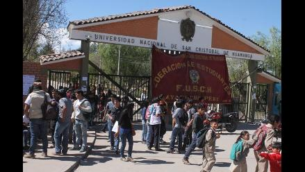 Rector de la universidad de Huamanga deja automáticamente su cargo