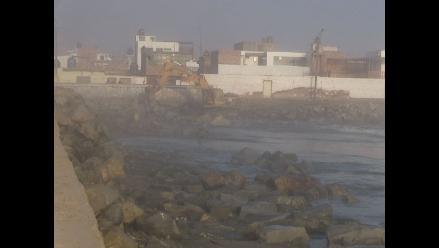 Fuertes olas pasan barreras de contención en puerto de Ilo