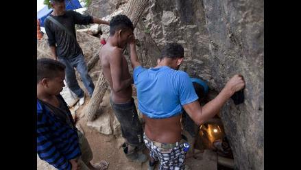 Intensifican labores de rescate de 11 mineros atrapados en Honduras