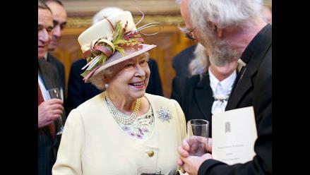 Isabel II bautiza con whisky un portaaviones que lleva su nombre