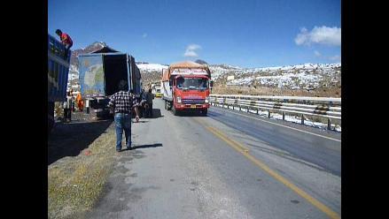 Junín: tráiler con baldes de aceite se despistó en la Carretera Central