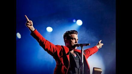 Mira la caída de Robbie Williams durante un concierto