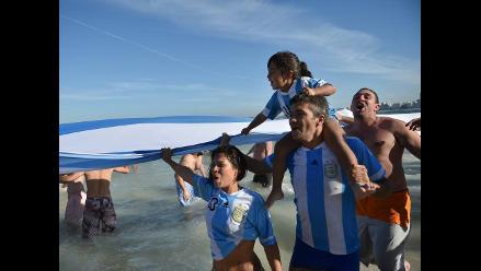 Hinchas argentinos celebran clasificación a semifinales en Río de Janeiro