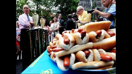 Pide matrimonio a su novia y celebra el Sí comiendo 61 hot dogs