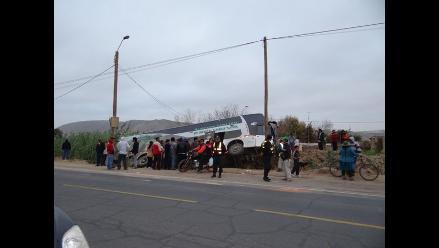 Once heridos deja despiste de bus interprovincial en Ica
