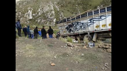 Camión con 15 toneladas de papa se despista en Matucana