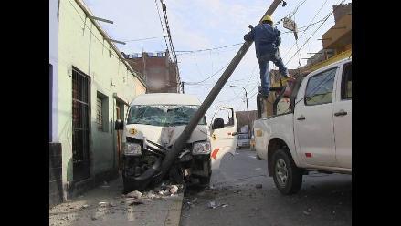 Trujillo: combi impacta contra poste de telefonía y deja 4 heridos