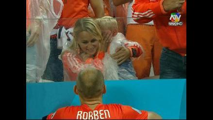 Arjen Robben fue a consolar a su hijo tras perder en penales con Argentina