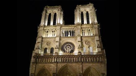 Multan a feministas que irrumpieron semidesnudas en Notre-Dame