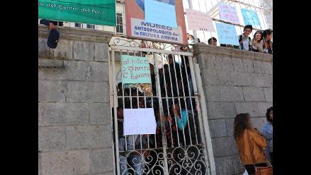 Huancayo: alumnos bloquean ingreso a exlocal central de la UNCP