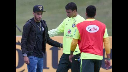 Neymar regresa a concentración de Brasil para arengar a compañeros