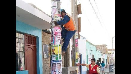 Chiclayo: retiran propaganda electoral pegada y colgada en postes