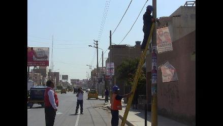 Chiclayo: inician retiro de afiches pegados en postes de la ciudad