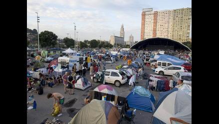 Hinchas argentinos pernoctan en la vía pública por no tener dónde dormir