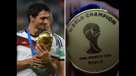 Mats Hummels luce orgulloso su medalla de oro del Mundial