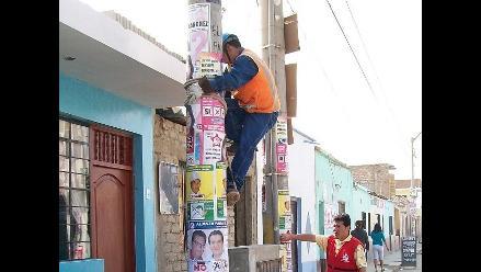 Cusco: retiran carteles ubicados en postes de alumbrado eléctrico