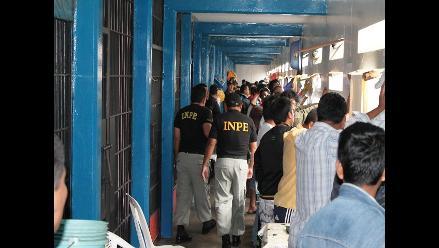 Iquitos: hallan armas punzocortantes y licor durante requisa a penal