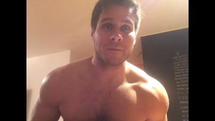 Miguel Arce se desnuda en picante video