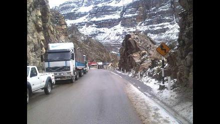 Junín: tránsito vehicular en carretera restringido por caída de nieve
