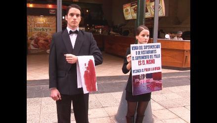Animalistas protestan en contra del Día del Pollo a la Brasa
