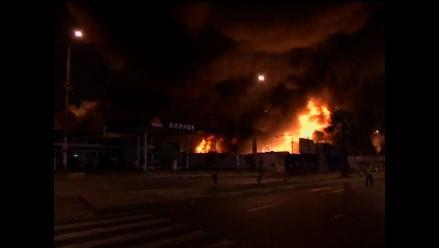 Trujillo: incendio consume almacenes con material inflamable