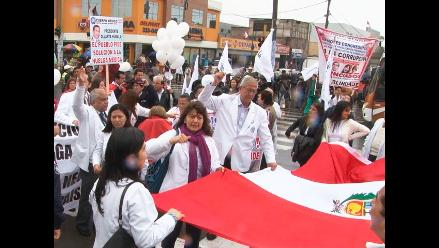 Médicos del Minsa bloquearon vía del Metropolitano