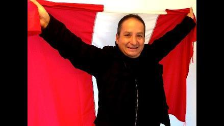 Diosdado Gaitán Castro levanta la bandera peruana