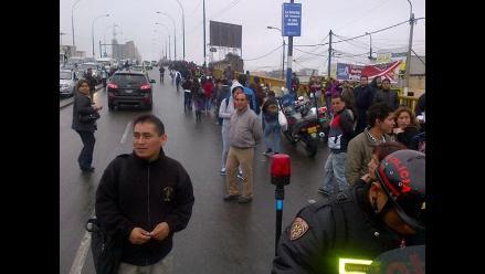 Transportistas impiden el tránsito en puente Santa Rosa