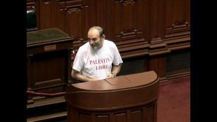 Simon votó portando una camiseta con mensaje a favor de Palestina