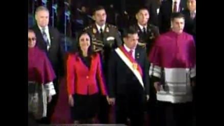 Humala entra a la Catedral de la mano de su esposa Nadine Heredia