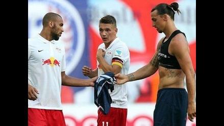 Jugadores del Leipzig se pelean por la camiseta de Zlatan Ibrahimovic