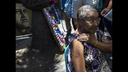 Venezolanos se tatúan la firma de Hugo Chávez