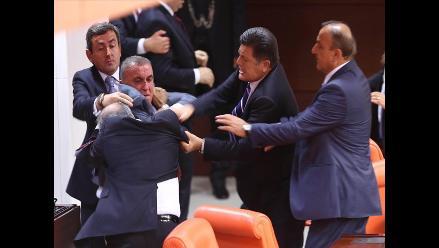 Turquía: Parlamentarios se agarraron a golpes