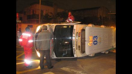 Ambulancia se volcó tras aparatoso choque y dejó cuatro heridos