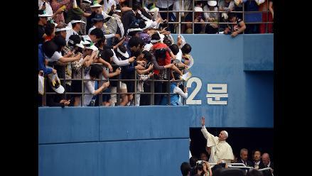 El papa celebra su primera misa multitudinaria en Corea del Sur