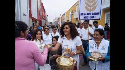 Trujillo: candidata de Restauración Nacional reparte pan en campaña