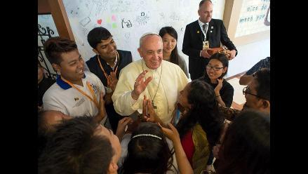 El papa sorprende a coreanos y viaja en tren bala en vez de helicóptero