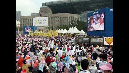 El papa beatifica a 124 mártires coreanos frente a una multitud en Seúl