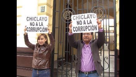 Regidores suspendidos protestan en palacio municipal de Chiclayo