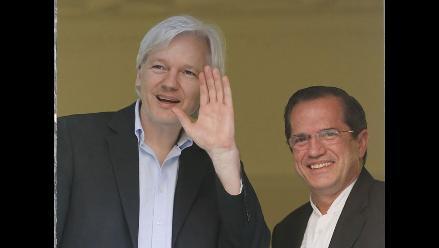 El canciller de Ecuador se reunió con Assange dos años después de su asilo