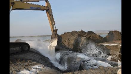 Entierran ballena jorobada varada hace 18 días en Lambayeque