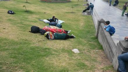 Hinchas del Deportivo Cali duermen en la Plaza de Armas de Cajamarca