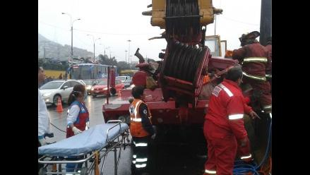 Conductor de grúa quedó atrapado tras chocar pesado vehículo