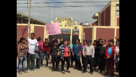 Chiclayo: padres protestan y arrojan huevos a director de colegio