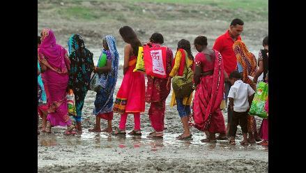 Desaparecen 60 personas al caer un autobús en un río de la India