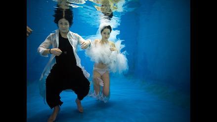 Peculiar sesión de fotos matrimoniales bajo el agua en China