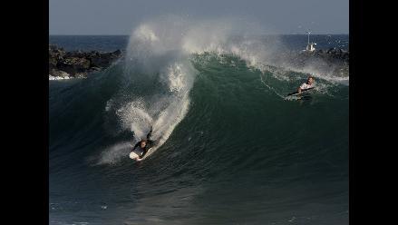 Surfistas retan grandes olas en California debido a huracán Norbert