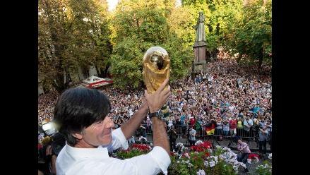Joachim Löw exhibió la Copa del Mundo ante Friburgo su ciudad natal